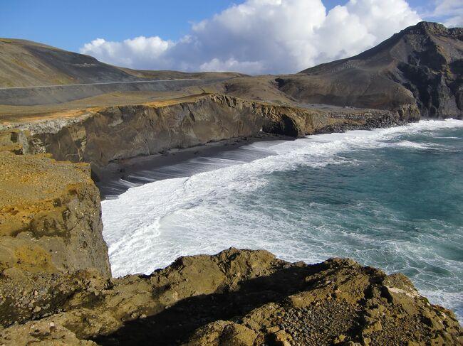 アイスランド3日目。<br />昨日申し込んだエクスカーション「南アイスランドエクスプローラー」へ参加。地球の割れ目「ギャウ」や間欠泉「ゲイシル」、温泉「ブルーラグーン」へ。朝、若くて背の高いガイドさんが迎えに来てくれ、その後アメリカ人夫婦(アイリーン&マイク)が同乗し出発!<br /><br />【現地発着ツアー】<br />VOLCANOTOURS<br />http://volcanotours.is/<br />レイキャネス半島&ブルーラグーン 19,900ISK<br />※ブルーラグーン入場料別<br />Icelandic Travel Market で前日に予約。<br />出張者から聞いていたのだが、アイスランドは観光大国。到着してからでもたくさんのアクティビティに申し込みができる。