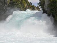 上から観るか、下から観るか、フカ滝の威容 《 ニュージーランド・タウポ 》