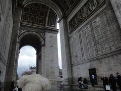 """初めてのパリ その5(韓国・ロシア・ドイツ・イギリス・フランス 14 日間の旅 その7-15)""""門""""というよりビル、でかいぞ """"凱旋門"""" !"""