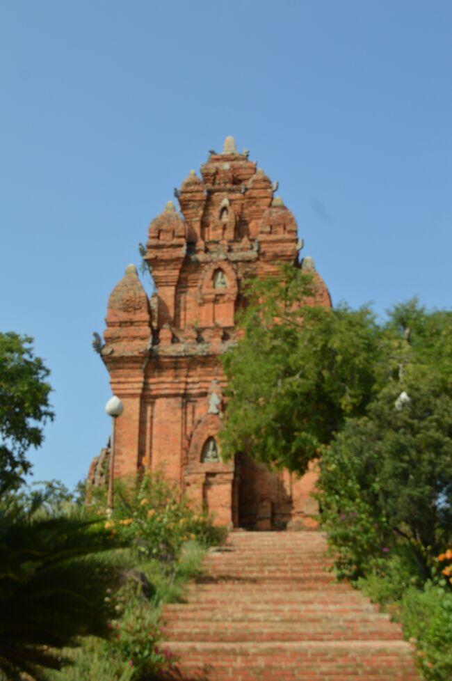 観光地ダラットに辟易して到着の予定を早めたファンラン・タプチャム。<br /><br />ビーチとともに惹かれたのはチャム族の塔。彼らが築いた王国チャンパーはかつてベトナムの南半分を治めていてその首都があった。赤いレンガでできた塔には牛の像が置かれていて彼らのヒンズー文化を垣間見ることができました。<br /><br />ビーチには外国人観光客が多く、ホテルやレストランが多い一方、それ以外のところではローカル文化に触れ合えました。街の人の振舞いも自然なのが居心地いいです。<br /><br />3泊したホテルはビーチから徒歩5分。部屋は広くてバルコニー付き、レセプショニストも流暢な英語を話すので大満足。