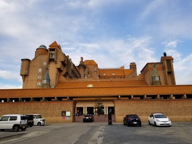 南紀白浜温泉での宿泊はホテル川久。<br />名前からは想像出来ないヨーロッパのお城です。<br />ナビで近付くと間違えようのない建物が現れました。<br />昔は天皇が泊まられた由緒ある旅館だったようです。 1993年にどこにもないホテルをコンセプトに400億円かけて建てなおされたと言うことです。<br />27年前からあったの?