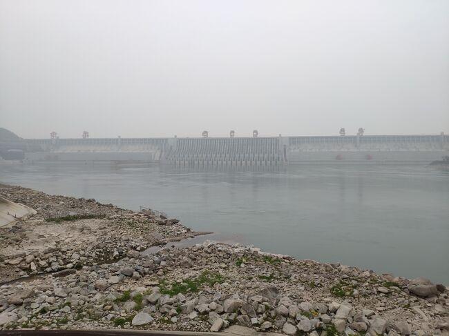 武漢から新幹線と船を乗り継ぎ、長江に建設された世界最大のダム「三峡ダム」に行ってきた。<br /><br />三峡ダムは湖北省宜昌市にある重力式コンクリートダムで、2009年に完成。その幅は何と2.3キロ(高さは約180m)で世界最大。貯めこんでいる水の量も半端なく、日本に置き換えると「東京にダムを作ったら大阪が水没する」スケールなんだとか。やっぱり中国はやることの規模が違う。<br /><br />また、宜昌市から三峡ダムまではクルーズ船に乗って移動。途中にある「葛州覇ダム(三峡ダムの下流にある小さいダム)」では、パナマ運河と同じ閘門式の水路で、船からダムを跨ぐ様子も見ることができた。<br /><br />三峡ダムと言うと、日本では「衛星写真で見るとゆがんでいる」「決壊の恐れがあるのでは」と言われているが、実際のところどうなのか、この目で確かめに行ってきた。<br /><br /><br />