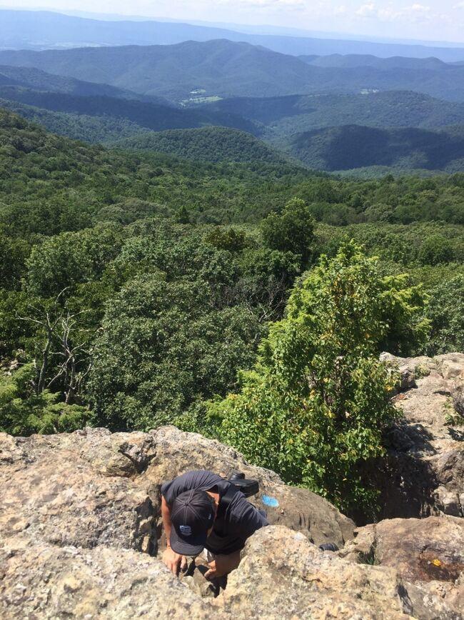 ハイキングのようなトレイルか思ったら、岩をよじ登る登山で、高所恐怖症の人は無理です。頂上に来た時の景色は素晴らしいですが、狭い岩場に居続けるのは怖くなります。帰りの下山は下を見ながら岩を降りなければならず、もっと怖いので、無理に登らないほうが良いかもしれません。