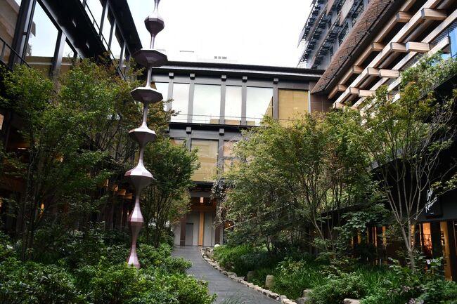 市営地下鉄の烏丸線と東西線が交差するt烏丸御池から程近い場所、ぽっかりと都市空間の隙間に新しく出来た商業施設。近代建築に囲まれた空間に、人工的な中庭が設えてあります。周囲には、高級感が漂うお店が並んでいます。斬新で、どこか日常を遊離したような感覚が漂います。
