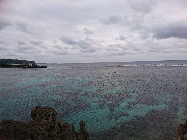 """こんにちは!ご覧いただきありがとうございます。<br />長期のお休みが残り数日、どこにもいってないなあ、と。  ANAマイルも少し貯まってるし、1人旅でまた沖縄詣でしようと家族に相談したら、""""ダメー""""と。じゃ、琉球赤瓦に憧れ竹富いこうよー、と聴いたら、(少し前まで単身石垣市民だった夫)、""""飽きた""""と。ANA今週のとく旅マイルで、宮古島片道5500マイルを発見!もう行くしかないと、出発前日に急遽決断し、レンタカー、ホテルを手配。夫婦でいって参りました。下調べなく、ノープランのゆったり旅でした。<br />お天気は雨に降られたり曇りがちで、最高な宮古ブルーをのぞめなかったので、以前訪れた時の風景も織り混ぜてご紹介します。<br />  <br />今度は、暖かいシーズンにロングステイしたーいと思いました。<br />"""