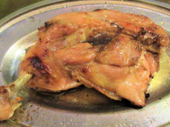 うどん県「香川」は讃岐うどんだけではないんですね。<br />香川県には60年以上前から地元民に愛されてきた御当地グルメ「骨付鶏」なるものがありました。<br />讃岐うどん店も何軒も廻りそれなりに美味しかったけれど、いささか炭水化物過多の旅の最後に、鶏のモモ肉1本丸焼きが何とも魅惑的な手招きをしているんですねえ。<br />琴平から岡山へ向かう途上、この旅の〆に現存天守の「丸亀城」に行った後、城下にある元祖「一鶴丸亀本店」で脂超ギトギトの肉塊にかぶりついて来ました。