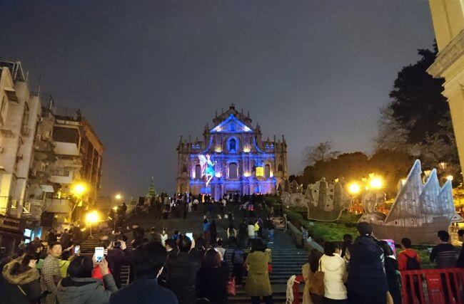 2015~16年の年末年始はベトナムへ。<br /><br />希少なマカオ航空を使って訪れたアジアの旅を振り返ります。<br /><br />まずはベトナムへの経由地、年末の飾り付けでたくさんの人々が集うセナド広場や聖ポール天主堂跡の賑やかな雰囲気が印象的だったマカオの夜から。<br /><br /><旅程表><br /> 2015年~2016年<br />○12月28日(月) 成田→マカオ<br /> 12月29日(火) マカオ→ダナン→ホイアン<br /> 12月30日(水) ホイアン→ミーソン→ホイアン<br /> 12月31日(木) ホイアン→ダナン→フエ<br />  1月 1日(金) フエ→<br />  1月 2日(土) →ハノイ→ハロン湾→ハノイ<br />  1月 3日(日) ハノイ→<br />  1月 4日(月) →マカオ→成田