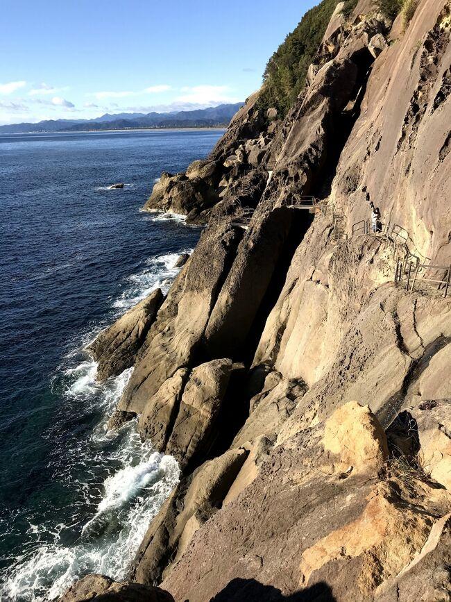 三重県南端・和歌山県の大自然シリーズ。特に心動かされたスポットのみ投稿。<br /><br />粗削りな岩と、そんな岩に大きな音を立てて砕け散る波を擁する海。<br />岩を上り下りしながら、そんな自然の荒々しさ、力強さ、絶景を全身で楽しむ。アドベンチャーの要素満載で楽しいところ☆名前のつけられた見どころスポットが15ほど。<br />日本百景の1つ&吉野熊野国立公園敷地内。所要時間は45分ほど。<br />こちらも人がものすごく少なく、すれ違ったのは観光客らしきカップル、岩道を舗装する工事の人たち、釣りをする人たち、各一組ずつのみ。<br />
