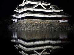 闇に浮かぶ松本城