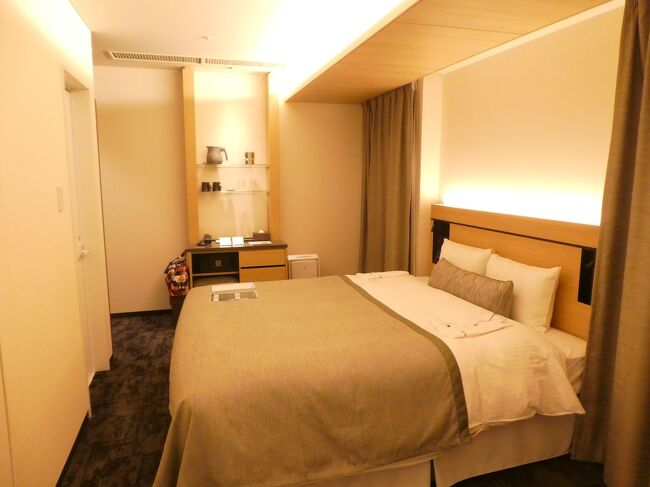 GOTOで奈良ホテルに泊まりたい、という妻。妻の指定は「本館宿泊」と「メインダイニングルーム三笠での食事」。いろいろ調べる私。毎度のパターンです。<br /><br />組み上がったプランは(A)奈良ホテル本館1泊食事なし+(B)京都への新幹線往復宿泊プラン+(C)近鉄世界遺産フリーきっぷ3日用+(D)奈良ホテルメインダイニング三笠のランチ。<br />全部GOTO適用になりました。<br />旅行会社は全部同一ですが(A)のみネット、(B)(C)(D)は窓口です。<br /><br />まずは奈良ホテルの予約です。<br />まず「本館宿泊」ですが、旅行会社窓口では早々に満室となってました。ネットでもほとんどのサイトが「本館満室・新館のみ空きあり」。近畿日本ツーリストのみ本館空きあり。往復新幹線つきなら日本旅行も本館空きあり、という。各社いろいろ特徴があるんですね。<br />次に「メインダイニングルーム三笠での食事」ですが、本館宿泊は食事なしのプランしか残ってない。そもそも朝食は「三笠限定」とは書いてない。<br />結局、いったん日本旅行の往復新幹線付き本館食事なしをネット予約し、旅行会社窓口で、三笠のランチを予約。朝食はあきらめました。<br />その後、旅行1週間前くらいからちらほら他の旅行サイトでも本館プランが出てきました。しかし「三笠の朝食付き新館」か「食事なし本館」しかなく。たぶんコロナで朝食人数を絞っているのでしょう。3回ほど解約と予約を繰り返して少しでも安いプランに変更。1日前までキャンセル無料でよかった。結局JTBで「本館食事なし」ですが1000円相当の観光チケット1枚付きのプランになりました。<br /><br />1泊2日では忙しすぎるので現地前泊にしました。どこにするか?です。<br />(1)奈良市。奈良2泊なら荷物持ち歩かずにいい。<br />(2)橿原市。5000円の現地クーポンがもらえる。<br />(3)大阪市。明日香に行くのに便利。<br />(4)京都市。駅前にきれいで新しいホテル多し。<br />妻の希望は(1)ですが、私は前から狙ってた(4)がいい。でも橿原は遠く終業後出発では到着が遅くなりホテルの大浴場が使えないことが判明。(3)は帰路大阪まで戻るのが面倒。(4)になりました。<br />これが結果として大正解。便利・きれい・安い・サービス良し。満点でした。<br /><br />次は現地の切符です。<br />(1)近鉄 世界遺産フリーきっぷ。1日用1530円、2日用2300円、3日用3050円。<br />(2)JTB 平城京フリー切符 3日間840円。<br />(3)JR 奈良満喫フリーきっぷ 3日間3260円<br />(4)奈良交通 奈良・大和路 2-Day Pass 2日間1500円<br />(5)都度支払<br />結局(1)の3日用が範囲が広くてその割に安く、これにしました。<br />なお他のきっぷの特徴と落選の理由は以下のとおり。<br />(2)は旅行会社のオプション販売。京都から奈良往復と近鉄奈良から尼ヶ辻までがフリー区間。実質京都奈良往復切符。奈良市内で観光終わりにする気なく選外。<br />(3)はJR東海やJR西日本の予約サイト利用限定。JRも近鉄も奈良交通バスに乗れる。範囲も大阪や吉野、京都までと広い。すごくお得だけど今回はJR系の会社使わないので選外。<br />(4)は奈良交通の奈良盆地のバスはほぼ全て利用可。ただ京都から奈良の運賃入ってないし、バスは遠距離は本数少なく遅いし、そもそも電車に乗りたい私は選外。<br />(5)は高価になりすぎ論外。<br />なお、近鉄の切符は旅行会社窓口では手数料が必要でしたが手数料550円は1人でも2人でも同額。なのでGOTO適用で約800円/人お得でした。<br /><br />妻は寺社と歴史、私は電車と自然が好きなので、ホテルだけ一緒であとは2人別行動のつもりだったのですが、結局全部2人一緒の行動になりました。<br />この旅行の寸前。大阪市がGOTO停止。前泊を大阪にしなくてよかったです。<br />さて、以上、旅行前の準備とごたごた。<br /><br />GOTO地域共通クーポンはネット予約分が電子クーポン、窓口予約分は紙クーポンでした。2泊分をまとめることができず、枚数の多い交通費込み前泊分を1日目に使い切らねばならず現地で苦労しました。<br /><br />肝心の奈良でどこに行くか、ですが、1週間前に東京三越前の奈良県のアンテナショップに行ってパンフ各種を入手。その中から「飛鳥レンタサイクル」「飛火野の鹿寄せ」「近鉄特急青の交響曲(シンフォニー)乗車」を選択。あわてて行程をくみました。