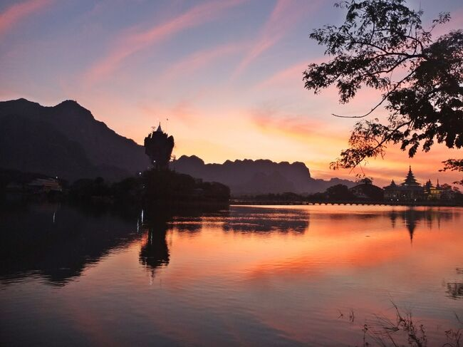 2019年のお正月は、カイン州の州都パ・アンからの始まりです。<br /><br />巡ったのは、この旅の目的地であるチャウ・カラット、<br />篤い信仰に触れた2つの洞窟寺院と、夕日の美しい伝説の寺。<br /><br />パ・アンは、本当に仙人が住んでいそうな、夢のような風景の連続でした。<br /><br /><br />現地ガイドとドライバーさん、アレンジはJoyful Land Myanmarさん、<br />企画はピース・イン・ツアーさんにお世話になっています。