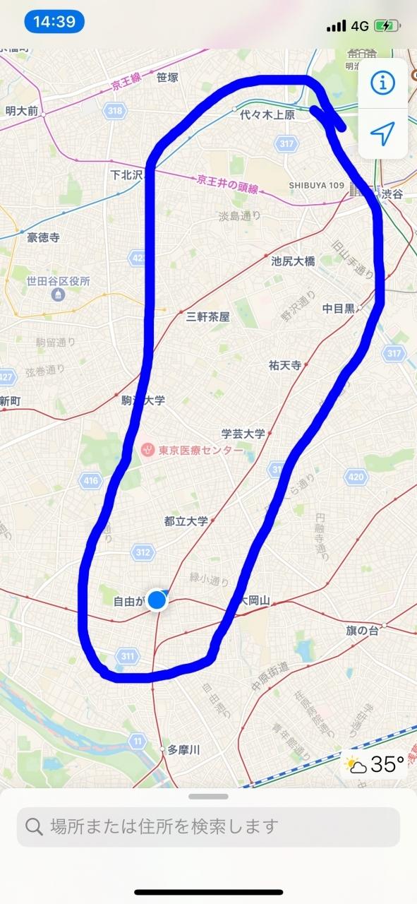 3月頃には今頃は「コロナ騒ぎってなんだったんだろうね&#12316;」がお決まりの文句になってるんじゃないかと思っていたが、全く当てが外れてしまいました。海外旅行はとっくに諦めていたけど、連日の東京の感染者数増加で他県にすら行ける状態ではなく、旅行好きには辛い期間が続きます。<br /><br />一方、自粛期間に散歩程度しか外出する機会がなくなった結果顕在化した私の趣味が、「豪邸見物」。今私が住んでいる杉並区も地主が多くて大きな一軒家がわりと多く、買い出しついでにいつもと違う道を歩いてみると広くてオシャレな一軒家が必ず見つかります。その出会いが楽しくなり在宅勤務を終えた後は近所を徘徊しに行き、土日は用事があればその目的地まで歩いて行き景色を楽しむようになりました。<br /><br />そこで、遠隔地への旅行が叶わない2020年のお盆休みは、都内の高級住宅地やその他興味のある地域を数日かけて歩いて回ることにしました。<br /><br />範囲は大まかに、東京の高級住宅街として名高い松濤や青葉台、田園調布、オシャレタウン自由が丘、それからサブカルの街下北沢。この辺りは杉並区から直線距離ですごく遠いわけではないけど、普段の散歩で気軽に行ける距離ではなく、これと言った用事もないので公共交通機関を使ってわざわざアクセスすることもない地域です。<br /><br />前回途中棄権した徒歩旅(歩いて日光を目指すはずだった旅https://4travel.jp/travelogue/11628152)は移動することが目的でしたが、今回は近い地域内を彷徨くことがテーマです。また前回の反省と、今回は真夏の暑い時期になるため体力的に無理をしない設定にしました。電車を使えば1日で全て回って帰宅できる距離を、わざわざ宿取って徒歩で回ります。毎日宿泊用の荷物持って歩くのがしんどそうなので拠点を決めて2泊することにし、それを1日の移動距離がだいたい均等になり、かつ比較的宿泊費が安かった三軒茶屋に設定しました。歩いているうちに辛くなったら公共交通機関を使うし、こまめにカフェなどに入って休憩します。コロナのリスクと熱中症のリスク、両方に気をつけながら真夏の徒歩旅(というか、ちょっと大掛かりな散歩)に挑戦します。<br /><br />今回の旅程<br />8月8日 代々木公園→渋谷区松濤→目黒区青葉台→中目黒→三軒茶屋→中目黒→三軒茶屋 ★いまここ<br />8月9日 三軒茶屋→自由が丘→田園調布→三軒茶屋<br />8月10日 三軒茶屋→下北沢→自宅<br />