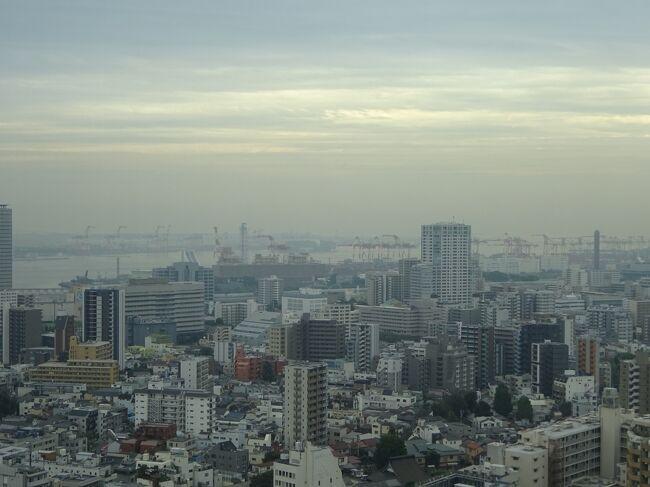 gotoトラベルと東京都民割の影響で、かなり安く泊まれるようになった東京マリオット。<br />このときはまだそうでもなかったですが、その後はチェックインにかなりの時間がかかるほどの大行列だったそうです。<br />チェックインに時間がかかる原因は、その場で地域共通クーポンに日付を押していたので準備が悪いと思いました。<br />前もってクーポンは用意してけば、もう少しスムーズにチェックインできたと思います。<br /><br />エグゼクティブラウンジのサービスはかなりがっかりするものでした。<br />ラウンジ内にスタッフ不在の状態が長く、食べ物の補充はされず、使用済みのコップ等も放置されたままで・・・<br />安く泊まれるからといってサービスの質を下げるのは、どうなんでしょうか。<br />改善してもらいたいと思いました。