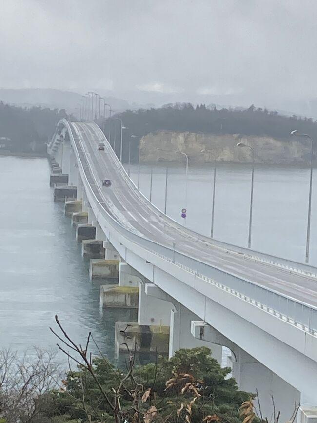 冬の石川の旅、後編は2日目後半から能登に入ります。海沿いののと里山海道を走り、千里浜ドライブウェイを目指します。ところが、風が強かったためか「千里浜ドライブウェイは走行できません」との表示が出ていました。その入り口で浜の様子だけでも見たいと思いましたが、それも止められていました。あきらめて、道の駅のと千里浜でランチをゲットし、宇宙博物館コスモアイルに向かいました。その後、和倉温泉に向かう途中に能登上布会館によりたいと思います。そして、和倉温泉 加賀屋に宿泊。<br /> 3日目は、花嫁のれん館を訪ねた後、さらに北へ向かう計画。白米千枚田も見たいと思ったのです。が、途中で雪が降ってきました。行きは行けても帰りが怖いと思い北上は断念。11時からしか開館しない和倉温泉の角偉三郎美術館(加賀屋別邸 松乃碧 内)に戻りました。その後は能登島大橋を渡り、早めの空港に戻ろうと出発。最後に大野からくり記念館を訪ね、石川の旅を終えました。今回行けなかった奥能登をはじめ、まだまだ見どころ満載の石川県だと行ってみて初めてわかりました。また、雪のない季節に計画したいですね。