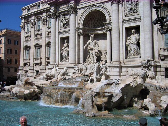 古い写真を見直すシリーズ。<br />イタリアは4度訪問しているが、いつも、カメラの表現力の不足を嘆くことになる。後で写真を見直すと、まったく魅力が撮らえれられていないという不満が残る。写真はあるのだが、旅行記を書きたいという気になれないのだ。<br />それでも、このところ、海外に行けないものだから、古い写真を見直しているとやはり懐かしい場面が登場する。<br /><br />取りあげたところは、たまたまこの年の旅で行ったところになる。ミケランジェロに関連する場所は三か所登場している。先に作成した「古代ローマ時代の建築群巡り(2007年)修正版」https://4travel.jp/travelogue/11212508と「ヴァチカン市国ーサン・ピエトロ大聖堂やシスティナ礼拝堂などー(2007年)」https://4travel.jp/travelogue/11671962とをまとめて「2007年版の「ローマ三部作」」としたい。<br />(2021年1月12日記す。)<br />