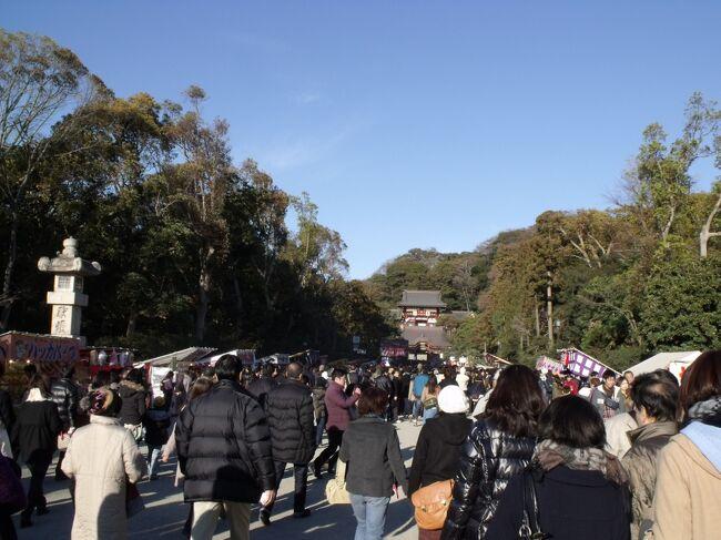 大船も鎌倉市で、古い街並み、銭湯が残ってる! 街歩きのあとでひとっぷろは気分がいい。<br /><br />年を越して1月3日<br />箱根駅伝だ。鎌倉を歩く前に戸塚に<br /><br />鎌倉についたのはだいぶ遅かった。初詣は鶴岡八幡宮へ<br />ところが3日でも大変な人!<br /><br /><br />