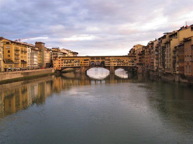 古い写真を見直すシリーズ。今回は、2011年家内とイタリア旅行にツアーで行った写真を見直す。一部は既に旅行記になっているが、それ以外のものを出したい。(「冬のフィレンツェの大聖堂(2011年)https://4travel.jp/travelogue/11208325」)<br /><br />この旅行記は2011年1月31日の昼頃から夕方までにフィレンツェで撮影した写真を順序通りに並べた。昼頃は雨が降っていたが、夕方までにはあがったようだ。最近、フィレンツェの旅行記を1975年、1979年、2007年と見直してきたが、これが4回目の旅。最初の三回は一人旅だが、今回はツアーで家内との旅。<br /><br />一枚目は夕刻のアルノ川とベッキオ橋。<br />(2021年1月記す。)