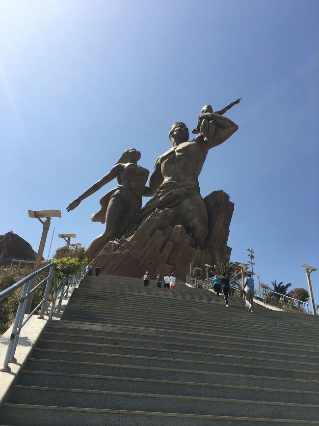 ダカールはセネガルの首都であり、ダカール州の州都。<br />アフリカ西部に位置し、大西洋貿易に置いて重要な役割をしていた。<br /><br />16世紀から19世紀にかけて、大西洋を横断する奴隷貿易の中心地だった。<br />ダカールから運ばれた奴隷たちはセネガルの沖合いのゴレ島の<br />エストレー要塞に集められ,その後船に運び込まれた。<br />西アフリカ最後の奴隷貿易の集積地。<br />此処から、南米、北米、カリブ諸国に輸送された。<br /><br />1815年以来、フランスの統治を受け、1960年に独立したが、<br />今を持ってフランスの気配色が濃く、郊外には外国公館を含め<br />高級住宅街は、海の青さと白い立派な建物が調和して美しかった。<br /><br />此処も1人歩きは禁止なので、市内観光のツアーに参加する。<br /><br />★今回のスケジュール<br /><br />南アフリカ・ケープタウン<br />     ↓<br />ナミビア・リューデリッツ<br />     ↓<br />ナミビア・ウォルビスベイ<br />     ↓<br />セントヘレナ・ジェームズタウン<br />     ↓<br />アセンション島・ジョージタウン<br />     ↓<br />セネガル・ダカール<br />     ↓<br />カーポベルデ・ポルトノボ<br />     ↓<br />カナリア諸島・ラ・パルマ島<br />     ↓<br />スペイン・マラガ<br />     ↓<br />スペイン・バルセロナ<br />     ↓<br />モナコ・モンテカルロ(2泊)<br />     :<br />     :<br />下船後、ニースに移動して1泊後、ドバイ経由で帰国。<br /><br /><br />