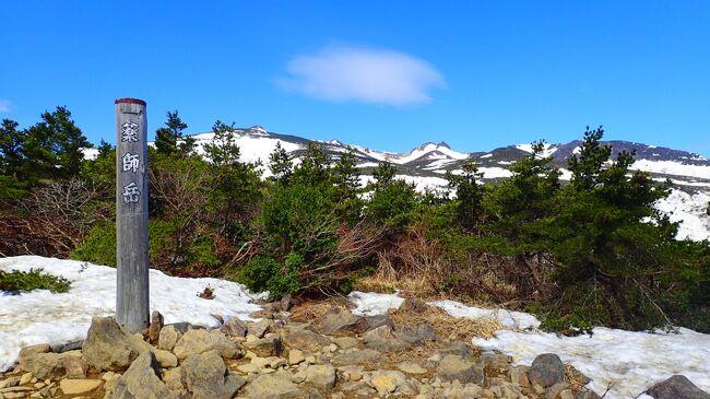 初めての東北旅の最終日は安達太良山に行きました!<br /><br />時間がないのでロープウェイでさくっと上がります。<br /><br />残雪の白と真っ青な空がとてもきれいでした。