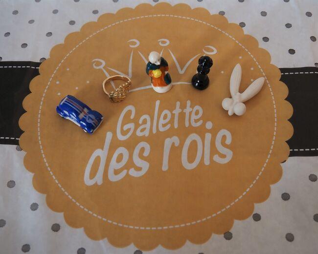 コロナウイルスによって生活は変容を強いられているけれど<br />それでも昔からの行事は変わりなく続いている。<br /><br />ガレット・デ・ロワ(Galette des Rois)は、キリスト教の三大祝日のひとつである1月6日の公現祭(エピファニー)を祝って食べるパイ菓子。<br />1月になるとフランスの家庭や職場などあちらこちらで集まりの席には必ずと言ってよいほど登場する定番の存在だ。<br /><br />パイ生地にアーモンドペーストが詰められ、フェーヴ(féve:もともとはそら豆の意味だが今は陶製のミニュチュア)がひとつ混ぜられている。<br />切り分けられたガレットにフェーヴが入っていた人は「当たり」で紙製の王冠を被り祝福を受ける。そしてその年の幸運が約束される。<br /><br />それならば、ということでもないのだが、今年は何と5回もガレット・デ・ロワを買い求め、自ずと食べ比べのような結果となった。<br />これもコロナウイルスに遠因があるに違いない。<br /><br />2021年1月、ガレット・デ・ロア遍歴の旅<br /><br /><br /><br />