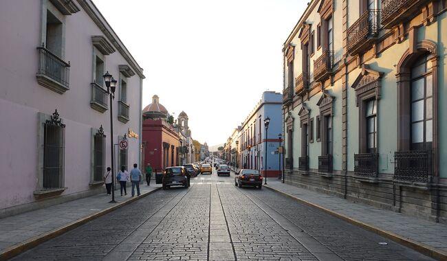 2018年11月スタート 世界一周 メキシコ編<br /><br />プエブラの次に訪れた街はオアハカ<br /><br />オアハカも市内歴史地区と近くにあるモンテ・アルバン遺跡が世界遺産登録を受けて人気の高い観光地<br />先住民の人口比率が高い地区の1つで死者の祭りやゲラゲッツァ祭などが有名です<br /><br />世界遺産登録された旧市街・モンテ・アルバン遺跡・近郊周辺を巡るツアーの様子をまとめました<br /><br />3/8 プエブラ~オアハカ移動 夕方着<br />3/9 オアハカ市内ブラブラ<br />3/10 近郊ツアー (現地でツアーに参加)<br />3/11 モンテアルバン遺跡可能 夜行バスでオアハカ発