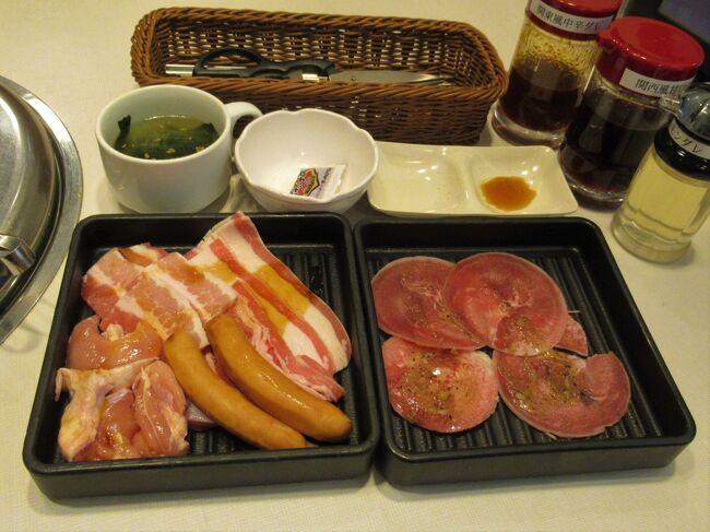 """「じゅうじゅうカルビ」の食べ放題ランチメニューといえば税抜999円の「凄得ランチ」が定番でした。<br />でも、コロナで暫く遠ざかっていた間に新しいメニュー「昼得ランチ」が出現していましたよ。<br />「凄得ランチ」はお肉食べ放題ですが、豚肉・鶏もも肉・ホルモン・レバー・ウインナーだけなんですよね。<br />抜けてますよ~(-&quot;-) 肝心な牛肉が・・<br /><br />新しいメニューでは牛肉が加わりますが、お肉は食べ放題ではなく、値段に応じてグラム数が3段階になっている定量制。<br />最安税抜き999円~。<br /><br />でも、サイドメニューの選択肢は倍加し、しかも食べ放題なんです。<br />野菜サラダ・ポテサラ・ナムル・キムチ・枝豆・コーンバター・キャベツ・玉葱・フライドポテト・海苔茶漬け・・<br />その上、""""鳥の唐揚げ"""" も """"焼肉屋さんのメンチカツ"""" も """"アイスバー"""" も好きなだけOKなんです。<br />さらに、黒カレーやワカメのスープまでセルフで食べ放題なのは「凄得」と同じで、綿あめだって作れちゃいます。<br />1回では(一人では)全制覇は難しいくらいのラインナップです。"""