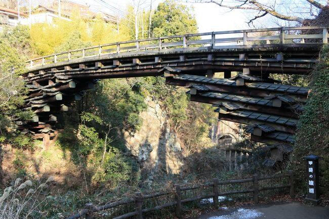 山梨県大月市の猿橋へ。<br />日本三奇橋の一つである猿橋へは、場所もわからなく駐車場も充実して<br />ないと思ってたのでなかなか行くきにらななかったところです。<br />駐車場は、橋のそばに6台と歩いて1分くらいのところに10台くらい<br />停められる無料駐車場がありましたが少ないので土日や休日だとなかなか<br />停められないと思いました。<br />