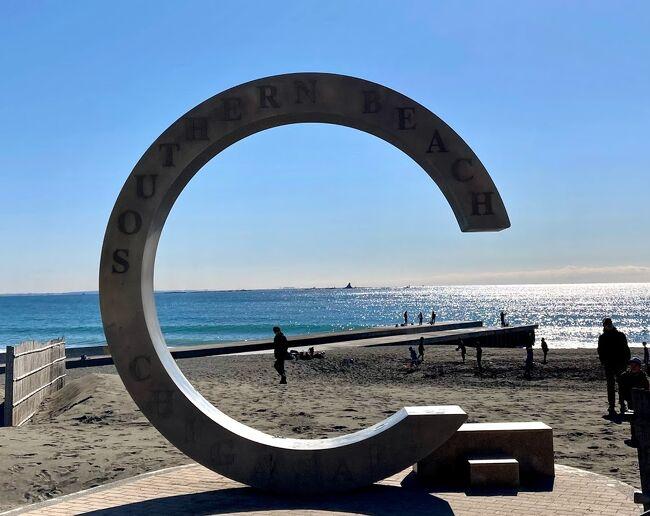 茅ケ崎の海水浴場は明治31年に開設されました。<br /> 明治から昭和中期までの茅ヶ崎周辺は、主に九代目市川團十郎を始めとする著名人の別荘や企業の保養所が数多く存在し、そのような方々の海遊びの場として海水浴場が設置されたそうです。<br /> 1999年、茅ヶ崎市観光協会がサザンオールスターズの名にあやかり、サザンビーチちがさきに改名しました。翌年8月、茅ヶ崎公園野球場にて行われたサザンオールスターズの「茅ヶ崎ライブ ~あなただけの茅ヶ崎~」では、サザンビーチちがさきに大型映像ビジョン装置を設置して実況中継をしました。