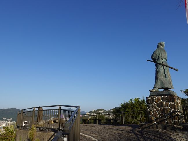 市街中心部のホテルからタクシーで標高150メートルの風頭公園へ。風頭公園から坂本龍馬ゆかりの地を巡りながら坂を下り、寺町通り沿いの古刹を散策、最後は長崎公園、諏訪神社を訪れるという半日徒歩観光。