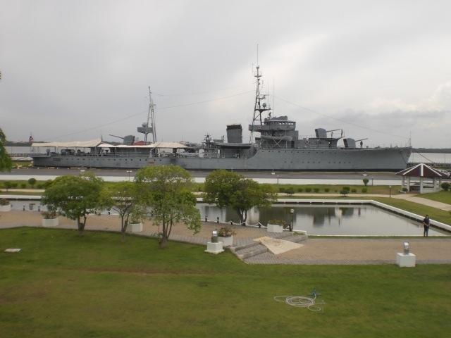 チャオプラヤー川の河口に、日本において建造された軍艦が展示されてます。<br /><br />チャオプラヤー川の河岸には、タイ海軍の施設が多くあります。<br />海軍本部、海軍兵学校及び各所に置かれている砦等が代表的な施設です。<br />その中で、チャオプラヤー川の南端の河口には、チュラチョムクラウ砦という昔からの砦あり、砲台が置かれていました。<br /><br />現在、メークロン号という軍艦が置かれています。<br />メークロン号は、日本で建造され、シャム海軍の主力戦闘艦船でした。<br /><br />日本の浦賀造船所で建造され、シャム海軍の将兵の手で、回航され、シャム海軍の戦闘艦として活躍したそうです。<br />フランスのインドシナ植民地軍との戦闘において、損傷を受け、練習艦として活用されていたと聞いています。<br /><br />イギリス、ドイツ、フランス等との植民地争奪の戦いの中で、タイが、歴史に翻弄された経緯を思い出さざるを得ません。<br /><br />列強の圧迫の中、なんとか独立を守り抜いたシャム(タイ)の生き証人となっているのかもしれません。<br /><br />今回、チャオプラヤー川の南端の砦に赴き、メークロン号を見てきました。<br />感慨深いものがあります。<br />
