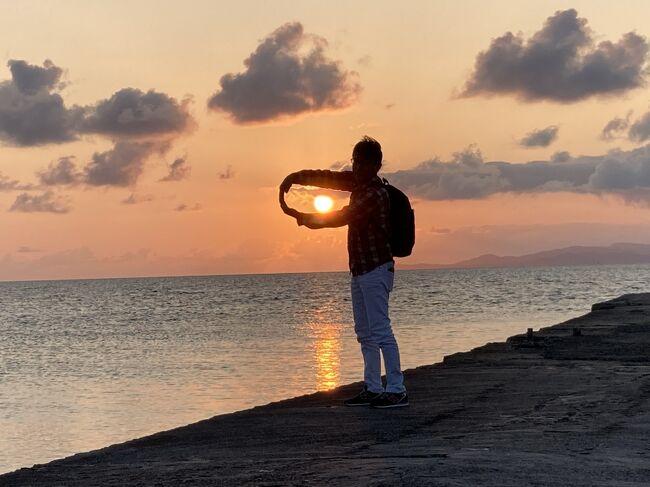 ④竹富島 編<br />コンドイビーチ、西桟橋が美しすぎて<br />パチパチ撮りまくって200枚超え(;&#39;∀&#39;)<br />写真を絞るのに一苦労しました<br /><br />一日中 ぼーっとのんびりしていたい場所です<br /><br />★━━━━━━━━━━━━━━━━━━━━★<br /><br />娘の結婚式に出席するため沖縄に飛びました<br />昨年6月から延期した式でしたが晴天に恵まれ<br />素敵な時間を過ごすことができました<br /><br />その後、大好きな石垣島に飛び一泊<br />竹富島にも泊まりました<br /><br />今年は私たちの結婚30周年(^_-)-☆<br />コロナ禍ということもあり色々制限はありましたが<br />のんびりできました<br /><br /><br />1日目 中部空港~那覇 (ハイアット瀬良垣 泊)<br />2日目 娘の結婚式 (アイネスヴィラノッツェ沖縄)<br /> (リッツカールトン沖縄 泊)<br />3日目 那覇~石垣島 (ククル 泊)<br />4日目 石垣島~竹富島 (やど家たけのこ 泊)<br />5日目 石垣島~那覇経由で中部空港
