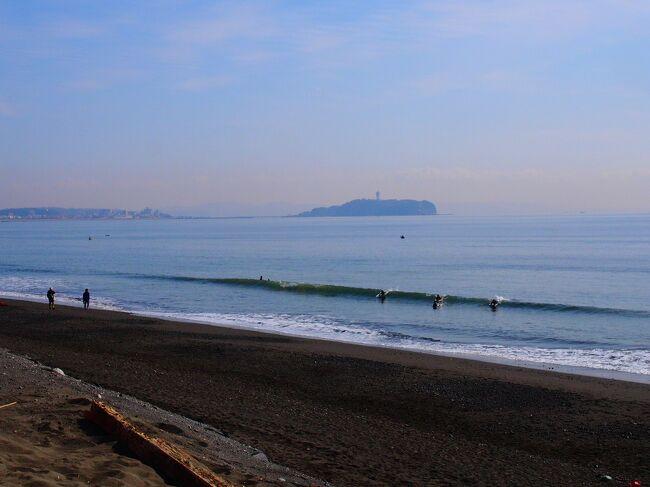 """海が見たくなった。<br /><br />東京湾は毎日の用に目にしているが、湘南の海が見たくなった。<br />茅ヶ崎の海と開高健記念館に寄り、何か美味しいものでも食べて昼過ぎには帰っちゃおう、という半日の旅を企画。<br /><br />茅ヶ崎と言えばサザン。世代によっては加山雄三。<br />サザン通りや雄三通り(という通りがある)で寿司屋か海鮮料理店へ行くのも良いのだけれど、あれこれ調べていて目に留まったのは幻のブランドうなぎ""""共水うなぎ""""が食べられるという、うなぎ店。<br /><br />茅ヶ崎でうなぎと言うのも面白い。<br />ましてや全国で食べることが出来るのはわずか40店足らずという""""共水うなぎ""""も興味深い。<br /><br />共水うなぎは、現在「幻のブランド鰻」として、関東を中心とした40軒程のお店でしか食べることが出来ない大井川の伏流水によって育てられたうなぎ、であるらしい。<br /><br />坂東太郎という名のブランド鰻は食べたことがあるが共水うなぎは記憶にない。そもそも鰻の出自はあまり気にしたことは無いなあ。<br /><br />ということで陽気に誘われ茅ヶ崎へ。"""