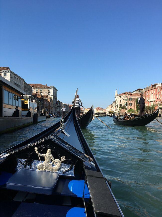 イタリア4都市巡りヴェネツィア編<br /><br />平成から令和に代わる2019年のGWに旅行会社の4都市巡りツアーに参加した旅行その②<br /><br />2つ目の都市 ヴェネツィアは運河水路が縦横無尽に広がる水の都 旅行に最適な時期のためか日中は狭い通路に人が溢れていましたが、ゴンドラ遊覧、サン・マルコ寺院とドゥカーレ宮殿の見学 数時間の自由時間にサンマルコ広場やリアルト橋、アッカデミア橋周辺を散策 迷路のようなヴェネツィアの街と独特の雰囲気を楽しみました