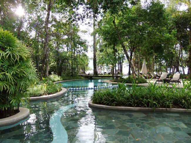 マレーシアのリゾート地、ランカウイ島へ行きました。2011年の旅行記です。大自然の島で観光スポットは正直少ないですが、落ち着いた大人のリゾートな感じです。海もマングローブも食事も大満足でした。隠れビーチリゾートの「タンジュンルー」と熱帯雨林に囲まれた「アンダマン」に宿泊しました。