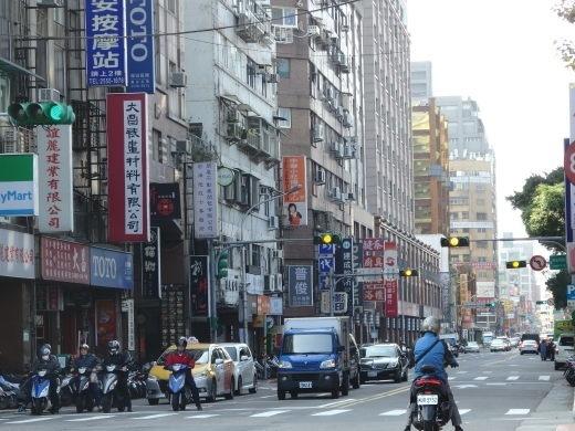 去年1月、名古屋にライブを観に行きました。<br /><br /><br />実はそのまま台湾へ飛んでいたのですが、まだ旅行記を書いていなかったので、記録を残しておこうと思います。<br /><br />元々は名古屋に1泊してすぐ帰ってくる予定でした。<br />でも名古屋でのライブのために、3連休を取っていて、せっかくならそのままどこか行きたいな、と考えたのが始まりでした。<br /><br />しばらく行けていなかった台湾に行きたい気持ちが高まってきて、スカイスキャナーで検索してみると、名古屋→台北・台北→成田の航空券が意外に安かったのです。<br /><br />チャイナエアラインで往復21,000円。<br /><br />これは!とすぐに購入を決めました。<br />昨年12月末のことです。<br /><br />まさかこの数週間後に、未知の新型ウイルスが発生するなんて想像もしていませんでした。<br />名古屋への出発日の1月30日時点では、武漢からの帰国者の3人が感染しているという情報を得ていました。<br /><br />行こうか行くまいか、悩みに悩んで行く決断をしました。<br />これがあと1か月後であったなら、絶対に中止していたと思います。<br /><br />さて、名古屋までは日本旅行の『ぷらっとこだま』を利用。<br />ホテルは、ライブ会場までのアクセスが良くて、かつ安さを重視しました。<br /><br />そして台湾です。<br />今回で6回目の台湾。<br /><br />いつか台湾の温泉旅館に泊まってみたいあなぁと、ずっと思っていました。<br />その夢を叶えるべく、プランを練りました。<br /><br />台北1泊2日で泊まれる温泉地となると、限られてきます。<br />そんな中で、1番最初に思い浮かぶのがやはり北投温泉です。<br /><br />時間をかけてリサーチして、ようやくホテルが決まりました。
