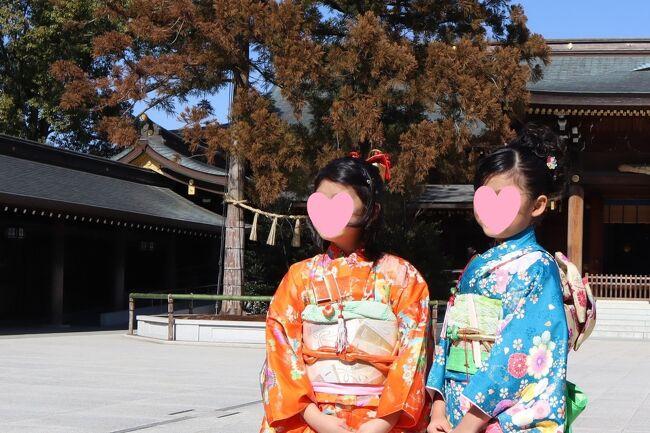 2月中旬、コロナ禍の自粛・自重のため、半年近く遅れていた七五三のお参りに寒川神社へ訪れました。 一か月前に下見に来ていましたので、滞りなくお参りをすますことができ、また天気にも恵まれ、久しぶりに孫娘たちと楽しく充実した一日を過ごすことができました。<br /><br />主役の下の孫娘(7才8ヵ月)は、近所の大手写真店で着付けを頼み、上の孫娘(9才6ヵ月)は、すでに七五三を卒業していますが、我が家で着替えて一緒にお参りです、私は、女性の着物姿はいつでもwelcomeです。<br /><br />表紙写真:拝殿・本殿 神木前の孫娘たち(左:姉 右:妹)