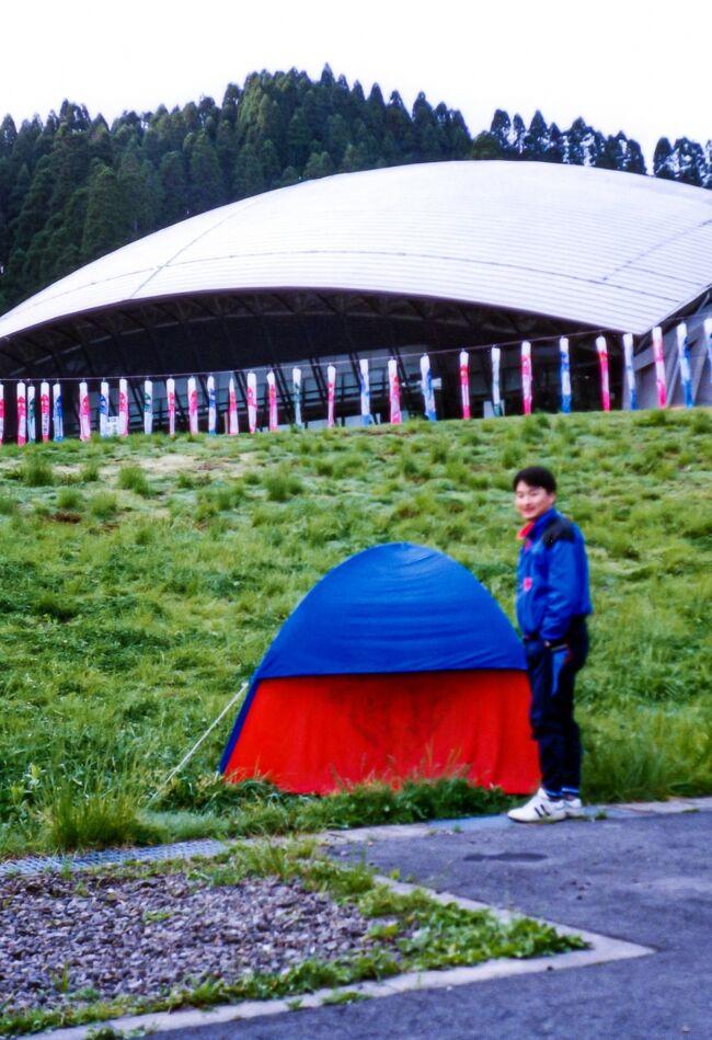 今から30年ほど前の旅行記<br />大学時代、ゴールデンウィークに札幌から九州長崎まで、カローラⅡ(実際はターセルだった)にのって男三人日本縦断旅行した回顧録。<br /><br />三人とも貧乏学生だったので、とりあえず、この年の春に就職したばかりの門司にいる先輩の所までは、基本下道走行、宿泊はキャンプ。<br />門司以降は先輩も合流し4人で旅を続けたが、旅費は先輩に出してもらった。<br /><br />建築学科だったので建物中心に、お金がないなりに、色々なところを見て廻り、若い時にしかできない充実した旅だった。<br /><br /> 4月26日 札幌出発<br /> 4月27日 函館→青森→弘前<br /> 4月28日 弘前市内観光<br /> 4月29日 弘前→八郎潟→酒田→村上付近<br /> 4月30日 村上付近→新潟→富山→高岡→平村<br /> 5月 1日 平村→五箇山→白川郷→天橋立→鳥取砂丘→宍道湖<br /> 5月 2日 宍道湖→出雲大社→津和野→萩→秋吉台→門司<br />●5月 3日 門司→北九州→小国<br />●5月 4日 小国→熊本→雲仙→小浜<br />●5月 5日 小浜→長崎→博多→門司<br /> 5月 6日 門司→広島→竹原<br /> 5月 7日 竹原→尾道→倉敷→岡山<br /> 5月 8日 岡山→姫路→大阪<br /> 5月 9日 大阪→天橋立→伊根→舞鶴<br /> 5月10日 フェリー<br /> 5月11日 小樽→札幌<br /><br /> ●印がこの旅行記の内容<br /><br />回顧録作成は、忘れかけている過去の旅行の整理になってよいが、新たな楽しみとして、何処で撮ったか分からない写真の場所を、グーグルマップとGoogleストリートを駆使して探し出すのにハマっている。