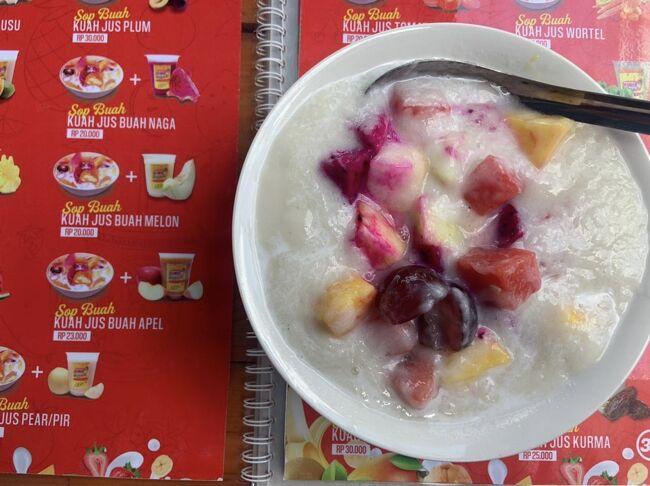 家の近くに出来た、新しいお店『KING Juice』<br />美味しそうなフレッシュ&amp;ヘルシーフルーツがいっぱい!<br />フルーツジュースやフルーツサラダ、エスチャンプル(フルーツかき氷)などが食べられます。<br />メニューもいっぱいあって迷います&#128518;<br />この日は「es buah kuah sirsak」を食べました。シルサックと言う、甘くて、ヨーグルトっとぽい味の果物のかき氷です。<br />シルサックは英語でサワーソップと言うみたいです。<br />ギャニャール夜市の近くに出来ました。<br />美味しかったので、また行きたいです&#10071;️