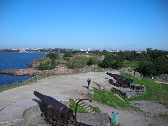 滞在3日目。ヘルシンキ南港沖合に浮かぶ要塞の島スオメンリンナへ。<br />クルーズ船15分で到着。島全体が公園のよう。<br />天気にも恵まれて、のんびり島の散策を楽しむことが出来た。<br />のんびりし過ぎて、予定の帰りのクルーズ船に飛び乗り。<br />港のマーケット広場でクレープの昼食を取った後は、予約してあった市内ツアーに参加。<br />バスによるオーディオツアーでテンペリアウキオ教会とシベリウス公園へ。<br />ツアー終了後はトラムで中央駅に戻り、郵便局、博物館、再びトラムでオリンピック競技場の塔へ。<br />盛りだくさんの一日。<br />当時は個人旅行だったので、公共交通機関と観光案内所を良く利用した。<br />70代の母も良く付き合ってくれた。