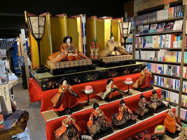 ぶらりと京都巡り。<br /><br />京橋から京阪に乗り祇園四条へ。<br />電車空いてたー。<br />かなり快適。<br /><br />先ずは「京都恵美須神社」へ参拝。<br />京都七福神の中の1社です。<br /><br />その後は「GOOD NATURE STATION」内にある<br />「RAU」へ。<br />高級スイーツ。<br />高い。カロリーも高い。<br />前から気になっていたし、1回食べたら満足。<br />自分で買う物では無いな。<br />人からお土産で貰うもの。<br /><br />出町柳まではバス。<br /><br />京都人に教えて貰ったオススメのパン屋さん。<br />出町柳駅近くの「柳月堂」で<br />明太フランスとクルミパンを購入。<br />素朴で美味しい。<br /><br />出町柳商店街内の友人のお店【エルカミノ】でCDを購入。<br />映画のチケットと食事券貰っちゃった。<br /><br />腹ごなししてから映画鑑賞。<br />マニアックだけど、なかなか良かった。<br />希望が見えるエンディングでした。<br /><br />映画のレビューはまた違うところで。<br /><br />さて、次の目的地へ向かいます。<br /><br />→後半へ続く。