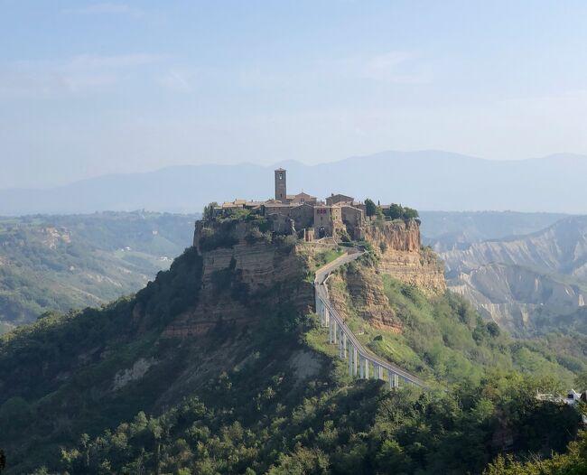 チヴィタ・ディ・バニョレージョ(以後、チヴィタと省略)は<br />2500年以上前にエトルリア人により築かれた街。<br />地形的に要塞としての役割を果たしていた凝灰岩の岩山は<br />風雨による浸食や地震、地滑りなどにより次第に削り取られ<br />断崖絶壁に建つ村は存亡の危機に瀕しています。<br />そのため「天空の街」のみならず「死にゆく街」などという<br />嬉しくない呼び名まで付けられてしまいました。<br />バニョレージョ側から渡された橋が唯一のアクセスで<br />陸の孤島の住人は僅か10数名なのだそう。<br />「ヨーロッパの美しい村30選」にも選ばれた特異な美しい景観と<br />その話題性から今や人気の観光地となり、「死にゆく」わりには<br />レストランやバール、土産店などが点在する活気ある村でした^^<br /><br /><br /><br /><br />~・~・~・~・~・~ 旅  程 ~・~・~・~・~・~<br /><br /> 10/07(月) NRT発13:35(OS052)⇒ウィーン着18:35(乗り継ぎ)<br />       ウィーン発19:45(OS7053)⇒ザグレブ着20:40《泊》<br /> 10/08(火) ザグレブ観光 ザグレブ16:00(by BUS)⇒ロヴィニ19:55《泊》<br /> 10/09(水) ポレチュ観光《ロヴィニ泊》<br /> 10/10(木) ロヴィニ13:15(by BUS)⇒トリエステ15:25<br />       トリエステ16:15(by TRAIN)⇒ヴェネツィア18:20《泊》<br /> 10/11(金) ブラーノ島観光《ヴェネツィア泊》<br /> 10/12(土) ヴェネツィア15:42(by TRAIN)⇒ラヴェンナ18:48《泊》<br /> 10/13(日) ラヴェンナ観光 <br />       ラヴェンナ18:45(by TRAIN)⇒ボローニャ19:54《泊》<br /> 10/14(月) ボローニャ09:18(by TRAIN)⇒オルヴィエート12:15《泊》<br />★10/15(火) オルヴィエートからチヴィタ・ディ・バニョレージョ日帰り観光<br />       オルヴィエート(by TRAIN)⇒フィレンツェ《泊》<br /> 10/16(水) シエナ日帰り観光《フィレンツェ泊》<br /> 10/17(木) フィレンツェ発15:05(OS532)⇒ウィーン着16:35(乗り継ぎ)<br />       ウィーン発17:45(OS051)⇒(機中泊)⇒<br /> 10/18(金) NRT着11:55<br /><br /><br />(旅行時 1ユーロ≒¥122)