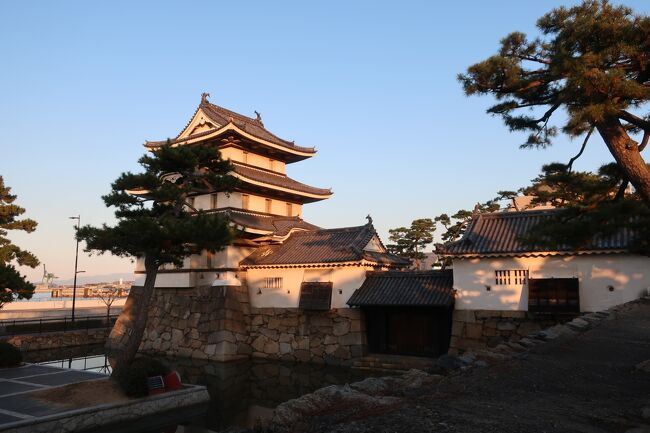 JALの「どこかにマイル」を使って、香川県を旅することに♪。2泊3日でしたが、金刀比羅宮や栗林公園、そして徳島県の鳴門へも行き渦潮を間近で観ることもできました。自然に触れられて、sukeco夫婦癒されましたー。おいしいグルメもあって、四国は最高!。<br /><br /><飛行機><br />  JAL<br /><br /><ホテル><br />  ロイヤルパークホテル高松<br /><br /><観光><br />  1日目 金刀比羅宮、高松丸亀町商店街 <br /><br />  2日目 鳴門の渦潮、淡路島、史跡高松城跡