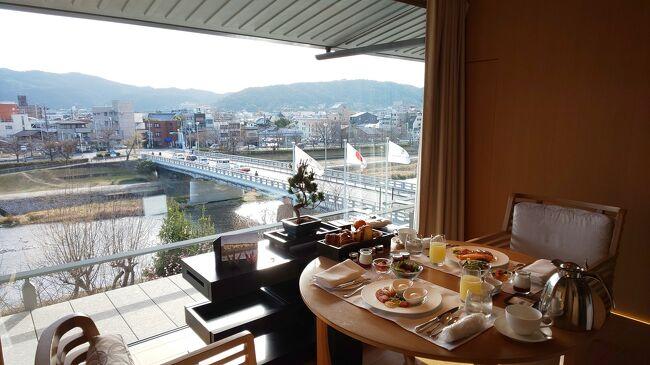 ※「ザ・ロビーラウンジ」でのアフタヌーンティーなど【あこがれのリッツカールトン京都に初宿泊 vol.3】 https://4travel.jp/travelogue/11680523 のつづきです※<br /><br /><br />泊まりたいと思っていた京都のラグジュアリーホテルにはしご宿泊してきました。コロナ禍であることを鑑み、今回の京都はどこも観光せず、ホテルステイだけを目的に東京から出掛けた2泊3日でした。<br /><br />1泊目「リッツカールトン京都」<br />2泊目「HOTEL THE MITSUI KYOTO」<br />どちらもホテル自体がとても魅力的なのでステイケーションにはぴったりでした。<br />平時の京都旅行だったとしたら「観光に行くよりホテルを楽しみたい…出掛けるのがもったいない!」と感じてしまうでしょうから良いタイミングでした。<br /><br /><br />【旅行の概要】<br /><br />・2月26日 ANA023 羽田12:00→伊丹13:10 で京都入り<br /> リッツカールトン京都「グランドデラックスカモガワリバービュー」に1泊 <br />https://www.ritzcarlton.com/jp/hotels/japan/kyoto<br /><br />・2月27日 リッツカールトン京都をcheckout後、「HOTEL THE MITSUI KYOTO」へ移動して1泊 <br />https://www.hotelthemitsui.com/ja/kyoto/<br /><br />・2月28日 JAL138  伊丹20:15→羽田21:25 で帰宅