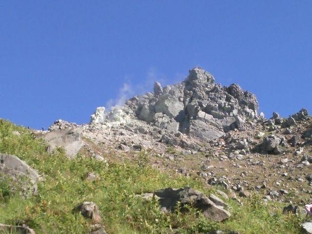 友達と一緒に、お盆にツアーで焼岳登山に行ってきました。<br /><br />まぁ、結論から言えば<br />今までの登山で一番しんどくて、怖くて、恐ろしくてって感じで、もう二度と行きたくない( ;∀;)<br />そんな危険な場所でもないし大丈夫やって言われたけど、高所恐怖症なのに、梯子降りるのがめっちゃ怖かったんです(笑)<br /><br /><br />今回のコース<br />(スタート)新中ノ湯登山口-新中ノ湯分岐-焼岳-焼岳小屋-田代橋-(ゴール)上高地バスターミナル<br />