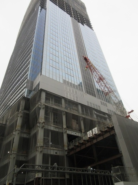 東京駅八重洲口から「コートヤード・バイ・マリオット 東京ステーション」へ歩く途中で、ブルガリの建設中のビルを見ました。<br /><br />三井不動産の「八重洲二丁目北地区第一種市街地再開発事業」のビルの<br />39階から最上階45階まで、7フロアが、「 ブルガリ ホテル 東京」となり、2023年初めに開業予定。三井×マリオットの超高級ホテル。<br /><br />八重洲口のホテルで一番高級なのは鉄鋼ビルのオークウッドプレミア、だと思いますが。ブルガリなら、一気に高級のクラス越え。<br />ブルガリはマリオットのカテゴリー範囲外でポイント宿泊できない、特殊な位置づけです。<br /><br />再開発で、巨大施設がどんどんできて・・お店もホテルも増えて・・日本人の給料は上がっていないのに大丈夫?。オフィスの誘致合戦がすさまじくなりそうな予感・・<br /><br />変貌する町を見て、刺激を受けたいと思います。<br /><br />画像はブルガリがてっぺんに入る予定のビル。「八重洲二丁目北地区第一種市街地再開発事業」です。<br />追記:ミッドタウン八重洲という名称になります。2022年8月末竣工予定<br />