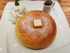素敵なカフェを探しに…。神保町へ。こんがり焼けた大きな石窯焼きホットケーキ。