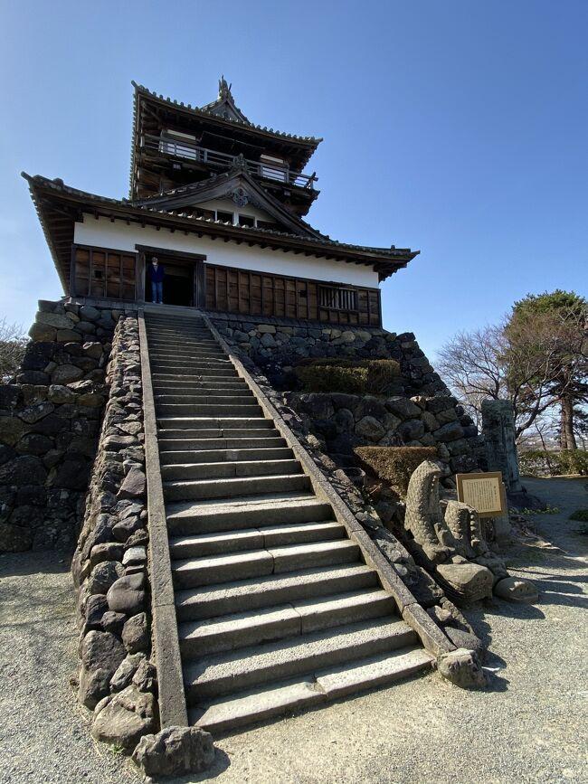 二日目は宇奈月温泉から福井の丸山城へ移動<br /><br />まずは往路で寄らなかった新黒部駅の黒部市地域観光ギャラリーへ。2Fからは立山連峰が見えました<br /><br />新幹線からも雲がなくて綺麗に見えていました。福井が近づくと白山も見えました。<br /><br />福井駅のロッカーに荷物を預け、ランチは駅内で名物のソースカツ丼。2年前に食べておいしかったので、また同じ店でしたが、やっぱり美味しかったです<br /><br />食後はバスで約1時間かけて丸岡城へ。小規模ながら素朴ですが味のあるお城でした<br /><br />すぐ下の歴史民族資料館を見てから、一筆啓上日本一短い手紙の館に行き、バスで福井駅に戻ってからホテルへゴロゴロして行きました<br /><br />夕食はこちらも2年前に訪れた割烹へ。また美味しく頂きました