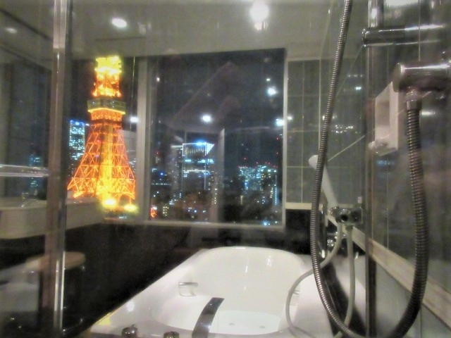 東京タワーの足元からてっぺんまで一番よく見えるホテル、ザ・プリンスパークタワーに泊まりました。<br />距離が1番近い東京プリンスは高さがないので、2番目に近くて高さのあるザ・プリンスパークタワーの方が東京タワーを近くで見るにはお勧め。<br /><br />プリンスバウチャーで泊まったのに、「LOOK &amp; TASTE Springキャンペーン」が適用されて、5,000円の館内施設利用券、直営レストラン20%OFFという有難さ。部屋はUGでパノラミックコーナーキング。レイトチェックアウト15時。プリンス平会員なんですけど・・有難くて、館内3つのレストランをはしごし、パンをたっぷり買って帰りました!!<br /><br />部屋からは東京タワーとエディションホテル(神谷町トラストタワー)が真正面によく見えました。エディションホテルの下のオフィスには灯りが灯っていたけどホテルの部屋の灯りが少ない・・緊急事態宣言中ですからね。<br /><br />昨年から近くのホテルばかり泊まって東京タワーばかり見ている・・だけど、鉄線がくっきり見えるホテルからの眺望は圧巻でした。<br /><br />画像はプリンスパークタワーの部屋の風呂から見た東京タワーです。<br /><br />
