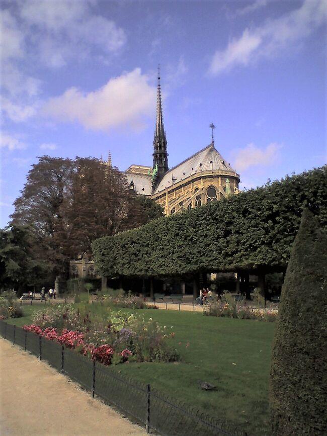 古い写真を見直すシリーズも海外写真については、どうやら種切れとなったようだ。<br /><br />偶然、スマホ写真の記録を覗いてみたら、2006年のパリのノートルダム寺院などの写真が見つかった!ヴェルサイユ宮殿のスマホ写真は昨日既に旅行記にしたので、今日は残るバリの写真ともども並べる。<br /><br />この頃使用していたスマホは海外で当時は通話が比較的楽だったVodafone 703SHという機種で撮影したもの。最近の機種よりカメラの手ブレ防止の能力が低い。<br /><br />それでも、火事の後見直すと、今度の修理後の姿はまだ予想がつかない。火事になってわかったのだが、まさかゴシック建築の尖塔や屋根の多くが木造とは知らなかった。今度はよりモダンなものになるのだろうか?そういえば、パリのオペラ座も一見正統的な建築に見えても、天井画はモダンなシャガールだったりする国だから、予想は立てにくい。ルーブル宮殿だって、真ん前にガラスと鉄骨のピラミッドをつくる国だ。こういう建造物を受け入れる人でないと、イタリア美術よりフランス美術のほうが芸術的だとは考えないだろうから。。日本の美術史関係で評判の高い「名画を見る眼 (岩波新書)」高階 秀爾著などを見るとイタリアの美術家はあまり登場しないで、フランスの近代絵画ばかりが大手を振って登場する。日本で、こういうフランス風の美術家が過剰に評価されるのは、ヨーロッパでは通常のことだとは思えない。<br /><br />ただ、今回残されたノートルダム寺院の写真で見るように外見はなかなか優雅だ。どう修復されるのか見ものではある。<br />(2021年3月22日記す。)<br /><br /><br /><br /><br />