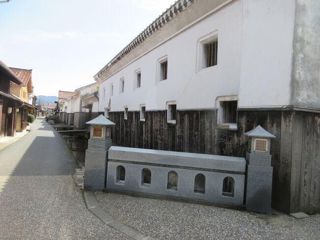 白壁赤瓦で知られる倉吉の町を散策しました。町筋はほぼ枡形に道が通っていてスッキリしています。古民家の佇まいを保ちながら若い人達にも対応する工夫も見られるように思いました。<br /><br />【倉吉市打吹玉川 伝統的建造物群保存地区】案内書によると…<br />伝統的建造物群とは、文化財として価値が高い歴史的な集落や町並みを指します。この町並みは、価値ある古い建物や塀・石橋などがあるだけでなく、そこに暮らす人々が長い間をかけて育んできたものです。<br /> <br />倉吉のシンボルとなっている打吹山の北、玉川沿いには、白壁土蔵群や甍(赤瓦)が広がっています。 この町並みは、室町時代に作られた打吹城城下町が原型となり、江戸時代には陣屋町として整備されました。 <br />玉川に架けられた石橋や、赤い石州瓦に白い漆喰壁の落ちついた風情のある町並みを歩くと、時間がゆっくり流れていくように感じられます。<br /> <br />■ 倉吉市打吹玉川伝統的建造物群保存地区<br />■ かおり風景100選<br />■ 美しい日本の歴史的風土100選